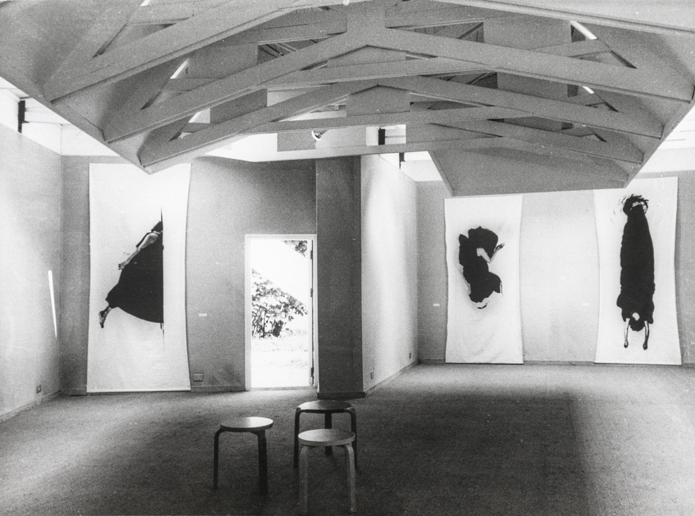 Helena Almeida exhibition at Venice Biennale, 1982. (Gulbenkian Archives)